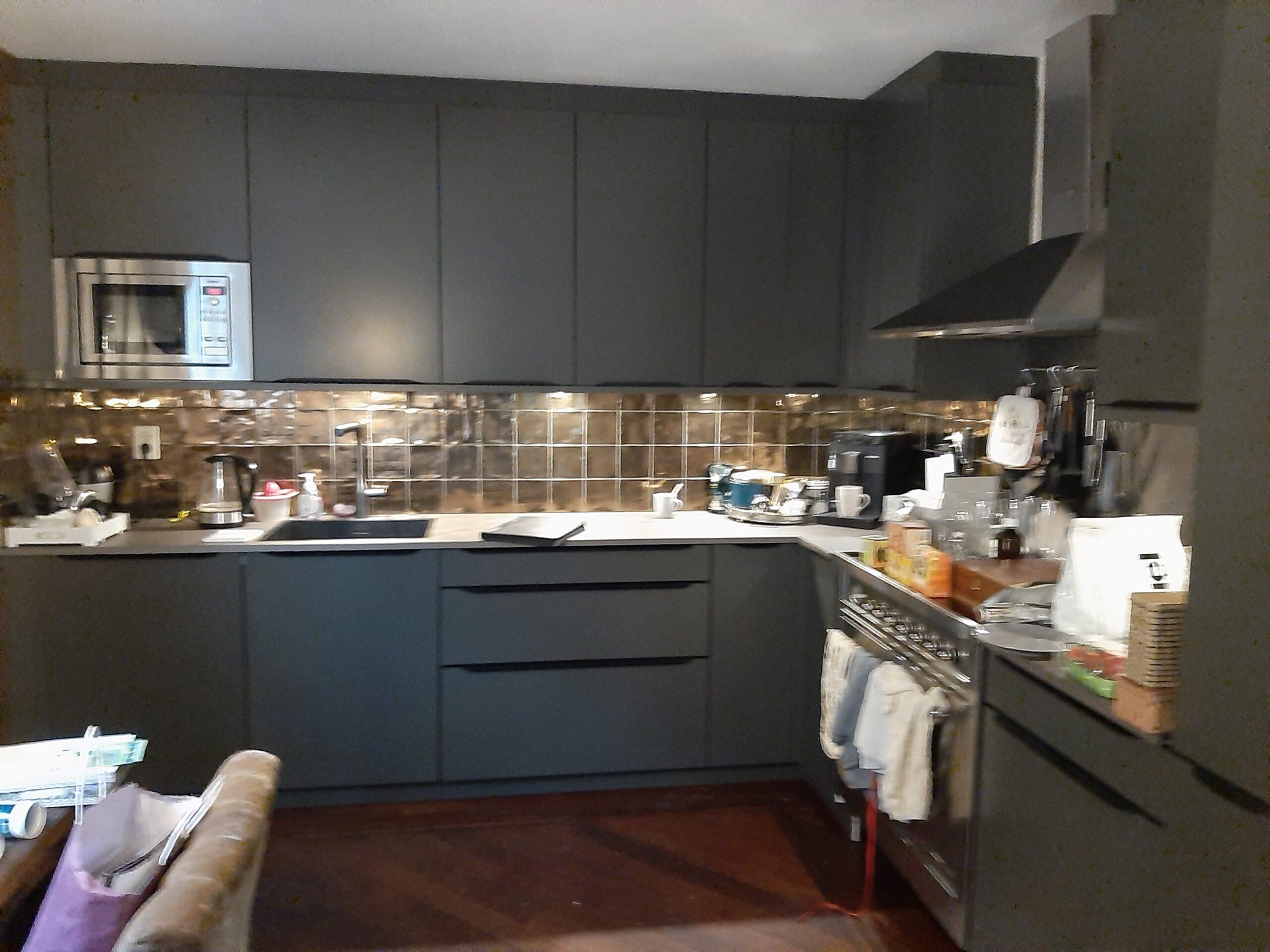 Keuken overgespoten van wit naar mat zwart